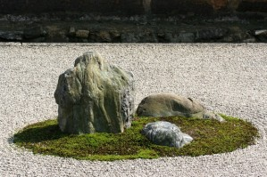 Ryoanji_rock_garden_close_up-620x413