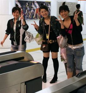 554px-Girls_giving_peace_sign,_Tokyo