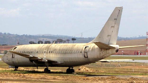 Economia / Aviao da VASP que esta em uma area do aeroporto internacional Tancredo Neves sera leiloado