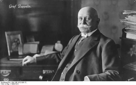 Ferdinand Graf Zeppelin am Schreibtisch