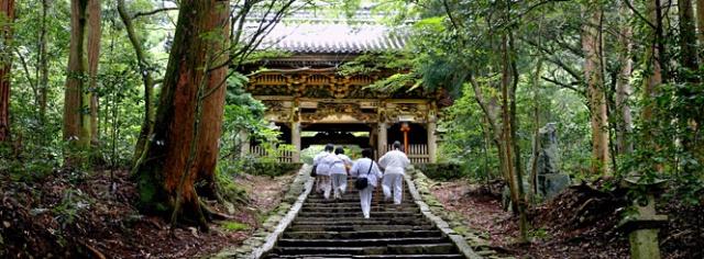 shikoku-hikers-123rf-shikoku-iwaya-ji-temple16375897-pano