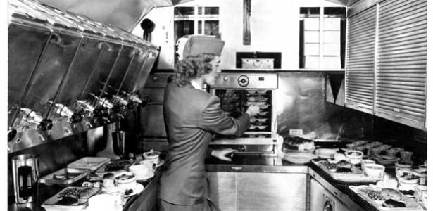 comissaria-de-bordo-trabalha-na-cozinha-de-um-voo-da-pan-am-1454954480925_615x300