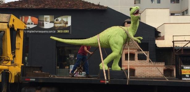 dinossauro-de-brinquedo-e-retirado-de-rua-de-ribeirao-preto-e-causa-comocao-1479938163693_615x300