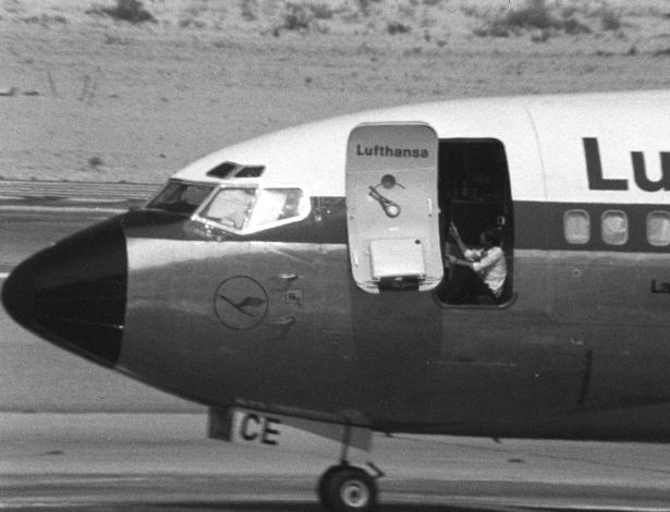o-piloto-jurgen-schumann-senta-na-porta-aberta-do-landshut-no-aeroporto-de-dubai-em-15-de-outubro-de-1977-1488560029426_615x470